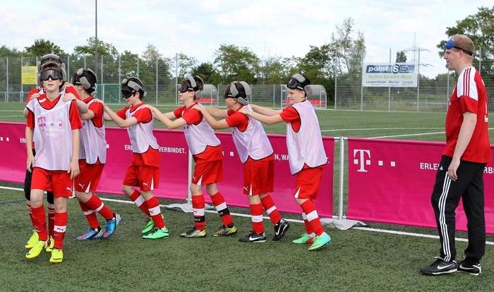 Bevor die Spieler gegen den Ball treten durften, versuchten sie sich in einer Polonaise (Bild Asel)