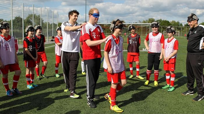 Jens Pleier (rotes Triko) und Georg Kroslewski (weißes Trikot), wie ´man sich beim Blindenfußball orientiert (Bild Asel)